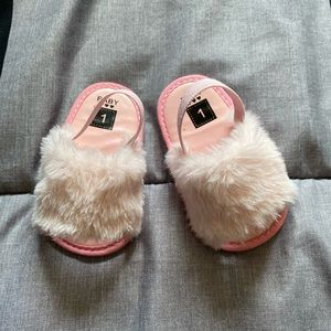 Baby girls 👧 pink faux fur sandals 